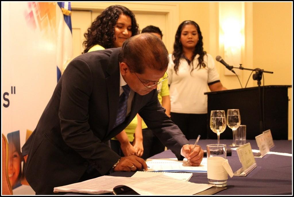Nuvarande presidenten skriver under ungdomarnas plattform.